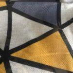 coussin jaune et gris
