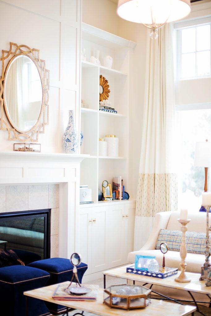 miroir dans un salon